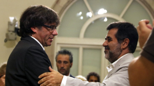 Imatge d'arxiu de Carles Puigdemont i Jordi Sánchez saludant-se al Parlament.