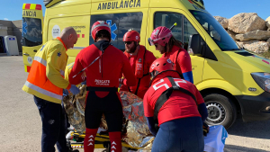 Imatge de diversos efectius del SEM i la Creu Roja, durant el rescat d'avui diumenge a la punta de la Móra