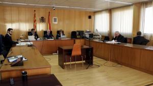 Imatge de l'Audiència de Tarragona, amb l'acusat d'abusar de la filla i d'una amiga d'aquesta, assegut d'esquenes a la dreta