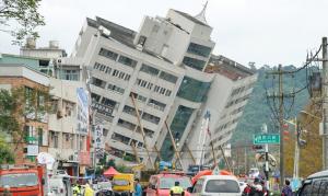Imatge de l'edifici que ha quedat inclinat a Taiwan pel terratrèmol
