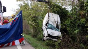 Imatge de l'estat en el qual ha quedat la furgoneta accidentada a l'N-II a Bàscara