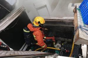 Imatge de l'extinció de les flames a l'embarcació