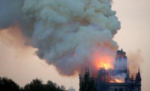Imatge de l'incendi que està tenint lloc a la catedral de Notre Dame