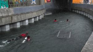 Imatge dels equips de rescat buscant supervivents a les zones inundades de Rio de Janeiro