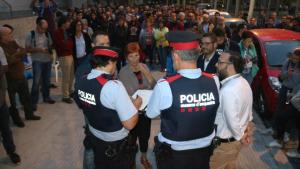 Imatge dels Mossos aixecant l'acta en un col·legi electoral a Reus durant l'1-O