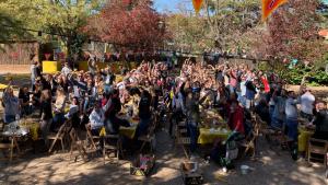 Imatge dels participants en la Calçotada Esgarriada.
