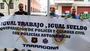 Imatge d'un grup de policies i membres de la Jusapol en la protesta davant la seu del PSC de Tarragona