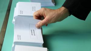 Imatge d'una persona en un col·legi electoral aquestes eleccions generals