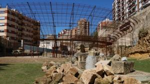 Instal·lació de ferro que simula les graderies del teatre romà de Tarragona i restes del monument