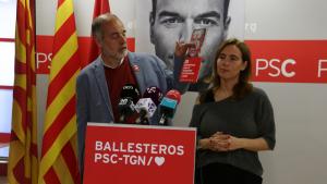 Joan Ruiz acompanyat de la candidata del PSC de Reus al Congrés, Sandra Guaita