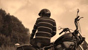 Joven con una moto