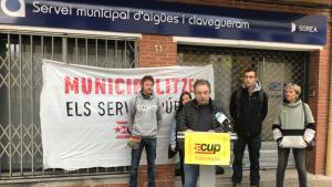 La CUP ha fet pública la seva llista a davant de l'oficina de Sorea, adjudicatària del subministrament d'aigua, servei que volen municipalitzar.