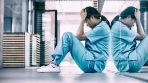 La enfermera también recibe gran parte del impacto emocional