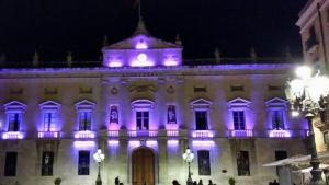 La façana de l'Ajuntament de Tarragona il·luminada de lila