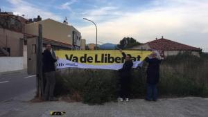 La penjada de cartells d'ERC Viladecavalls