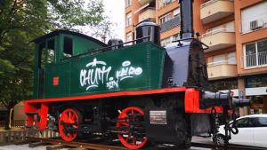 La pintada a la màquina de tren acabada de restaurar