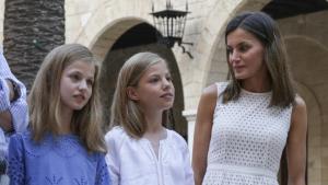 La reina Letizia junto a sus hijas la princesa Leonor y la infanta Sofía en La Almudaina
