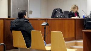 L'acusat de violar la seva filla, amb la seva advocada al fons, durant el judici a l'Audiència de Lleida