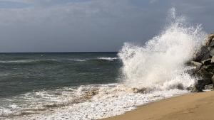Les onades entren amb força a la costa del Maresme