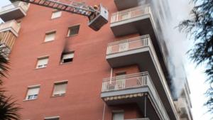 L'incendi ha afectat un pis situat en un edifici de set plantes de Mollet del Vallès