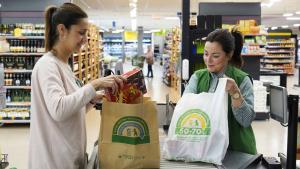 Mercadona disposa de bosses de paper i bosses de material reciclat