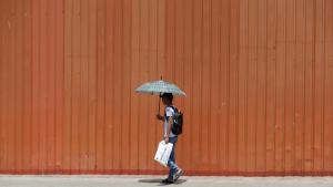 Molta gent utilitza paraigües per protegir-se del sol