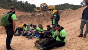 Pla general d'una part del grup de manifestants asseguts al terreny de les Valls, a Riba-roja d'Ebre