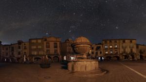 Plaça Major de Prades amb el cel estrellat
