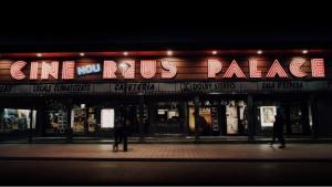 Primer fotograma del curtmetratge «Última Sesión» de l'alumne de l'ECIR, Roger Bessó, gravat al cinema Palace