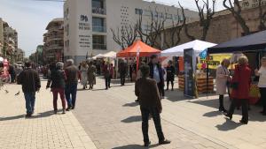 Tots els partits polítics locals han muntat la seva parada informativa a les immediacions de la plaça de les Monges.