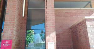 Un dels accessos al Centre Cívic de Torreforta, a Tarragona, s'ha tancat per l'aparició d'esquerdes en els pilars d'entrada.