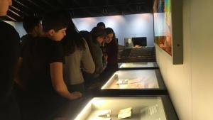 Un grup d'estudiants visita el Museu d'Alcover.