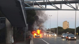 Un turisme s'ha incendiat a l'autovia C-31 a l'altura de Gavà