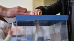 Un votant exercint el seu dret a vot en les eleccions generals 2019.