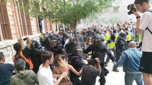 Una imatge de l'actuació de la Policia Nacional a les dependències de l'IES Tarragona el dia 1 d'octubre de 2017.
