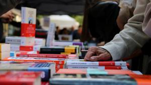 Una parada de llibres durant la Diada de Sant Jordi a la Rambla de Barcelona
