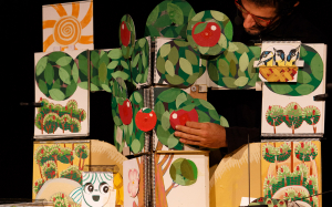 'Una poma, un pomer'és un espectacle fet de papers, cartrons, dibuixos, llibretes i cançons populars
