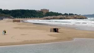 Una torre de vigilància ha caigut a la platja de l'Arrabassada de Tarragona per culpa del fort temporal de vent.