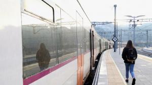 Una usuària de Renfe es dirigeix a agafar el tren a l'estació de Manresa
