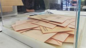 Urna de votació amb paperetes del senat