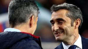 Valverde saluda Imanol Alguacil abans del Barça-Reial Societat.