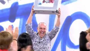 Víctor Sandoval levantando su premio