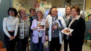 Voluntaris de l'ONG han lliurat contes i llibres a la planta de pediatria de Joan XXIII