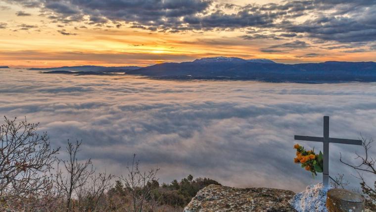 Sortida de sol entre núvols i boires al Moianès dijous
