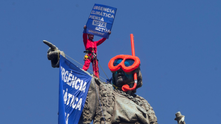 Imatge de com ha quedat l'estàtua de Colom després de l'acciód e Greenpeace