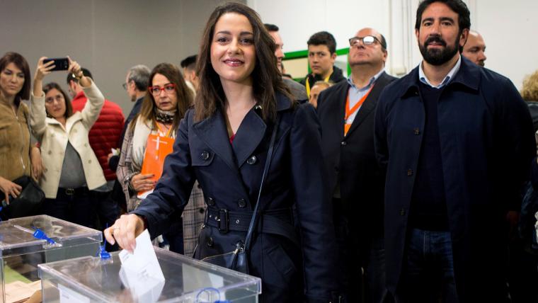 Inés Arrimadas, en el moment de votar a l'escola Ausiàs March de Barcelona