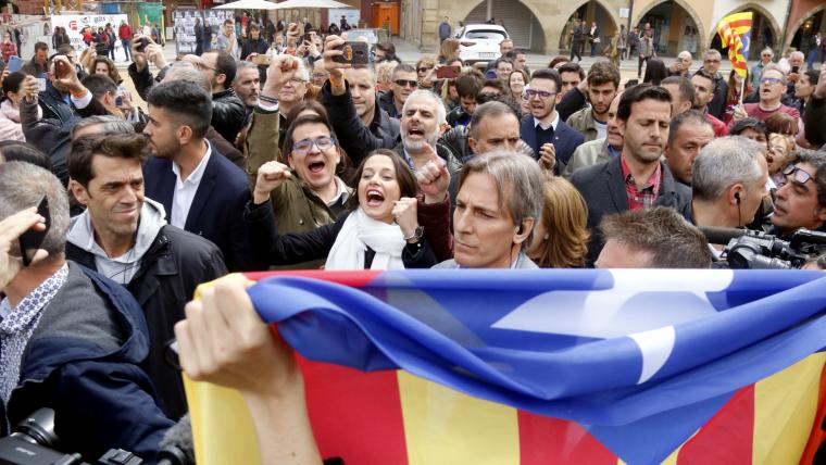 Inés Arrimadas i José María Espejo, durant la protesta a Vic