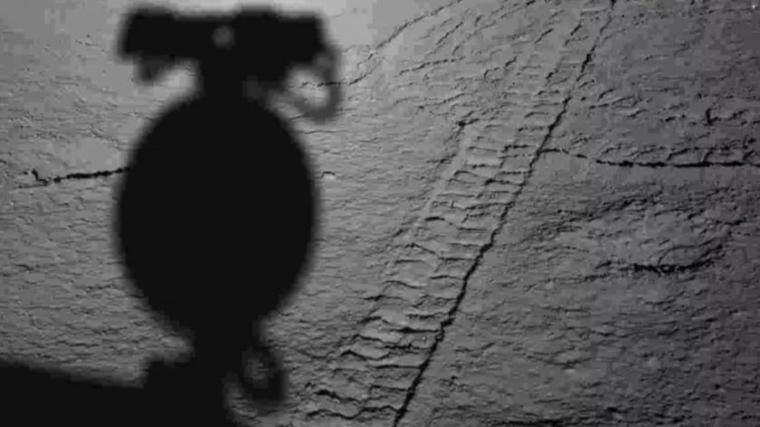 Otra imagen de la huella del rover en la luna y la sombra de la cámara