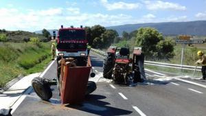 Accident a la c-14 a Montblanc entre un tractor i una furgoneta.