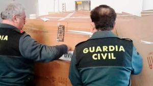 Agents de la Guàrdia Civil al magatzem del polígon Riu Clar.